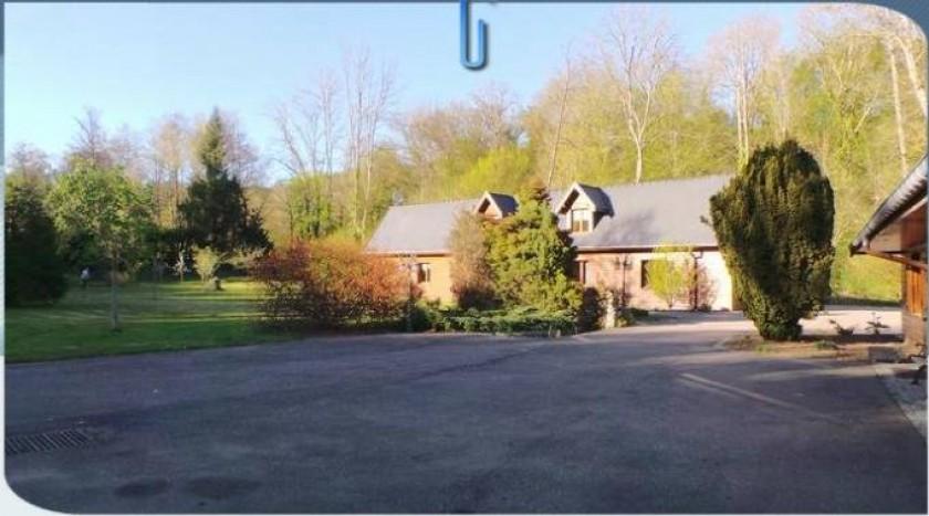 Façade de la villa dans la propriété