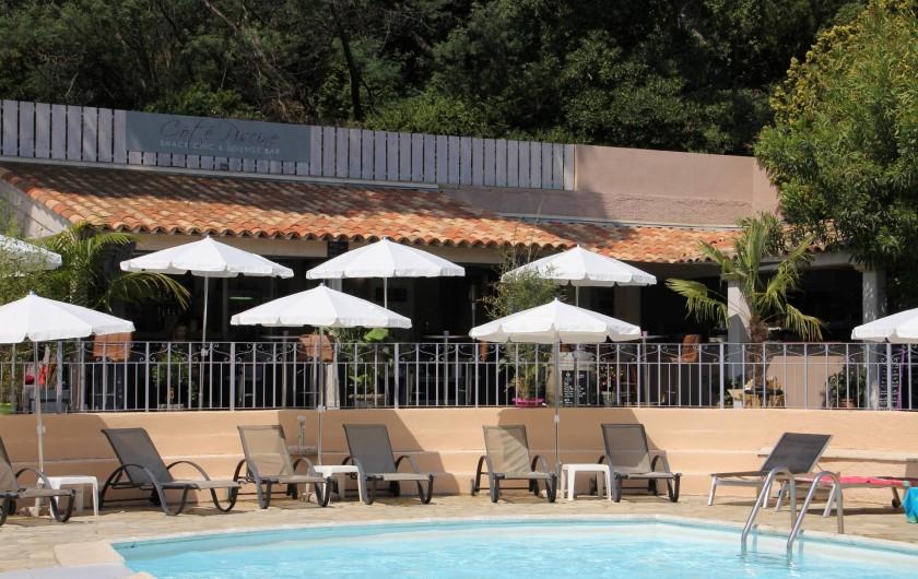 Location de vacances - Chambre d'hôtes à Cavalaire-sur-Mer - Espace restaurant en bordure de Piscine dans notre jardin.