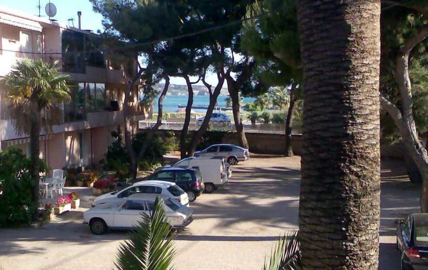 Location de vacances - Studio à Sanary-sur-Mer - Vue extérieur et mer.