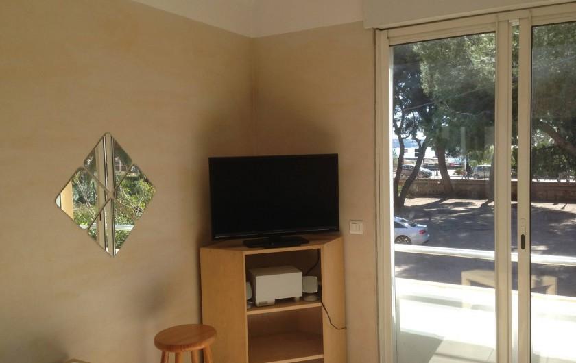 Location de vacances - Studio à Sanary-sur-Mer - Salon avec TV