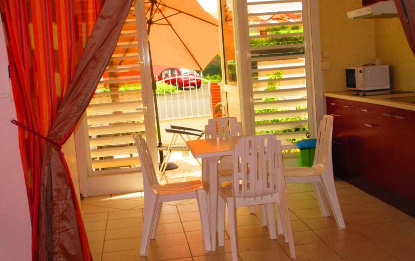 Location de vacances - Studio à Le Gosier - Espace repas : Table - chaises - vaisselles