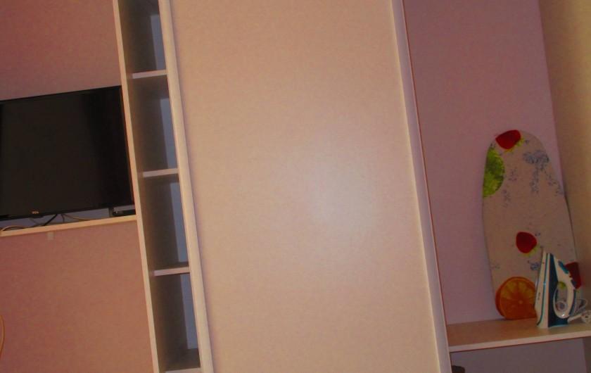 Location de vacances - Studio à Le Gosier - Placard - TV - table et fer à repasser - linge de maison