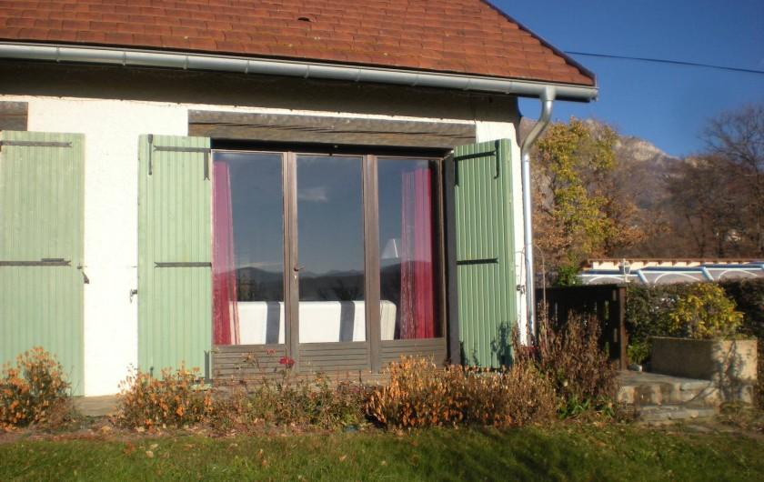 Location de vacances - Gîte à Gap - Vue de l'autre côté de la maison de la fenêtre du séjour