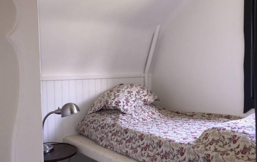 Location de vacances - Chalet à Megève - L'une des 3 chambres du haut avec son lit pour une personne et sa fenêtre