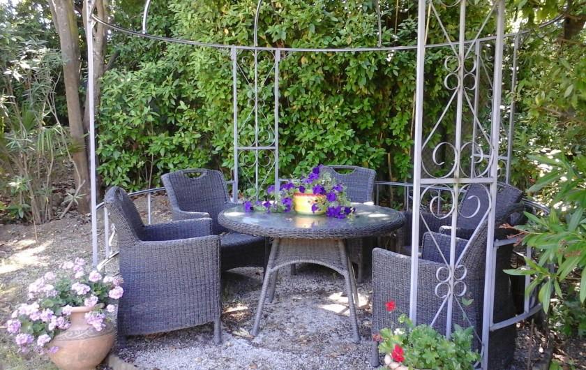 Location de vacances - Chambre d'hôtes à Mougins - gloriette pour prendre le thé.