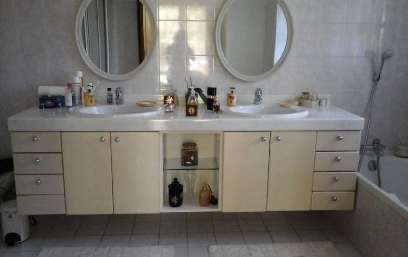 Location de vacances - Chambre d'hôtes à Mougins - Grande salle de bains avec douche et baignoire.
