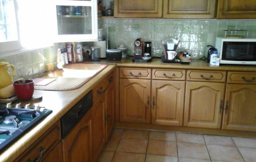 Location de vacances - Chambre d'hôtes à Mougins - Grande cuisine avec un frigidaire et deux étagères pour les vacanciers.