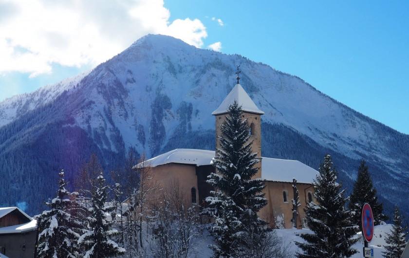 Location de vacances - Chalet à Champagny-en-Vanoise - Vue du chalet sur l'église St Sigismond et la Dent du Villard.