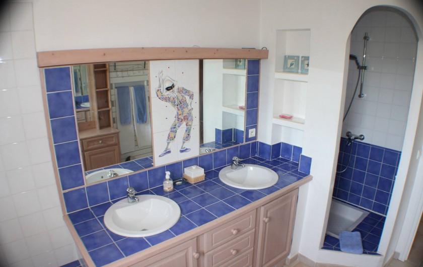 Location de vacances - Maison - Villa à Forcalqueiret - Salle de bain a l etage.