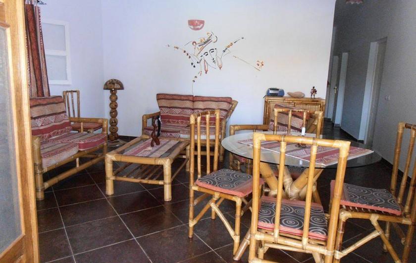 Location de vacances - Villa à Somone - le salon salle à manger ouvert sur la terrasse