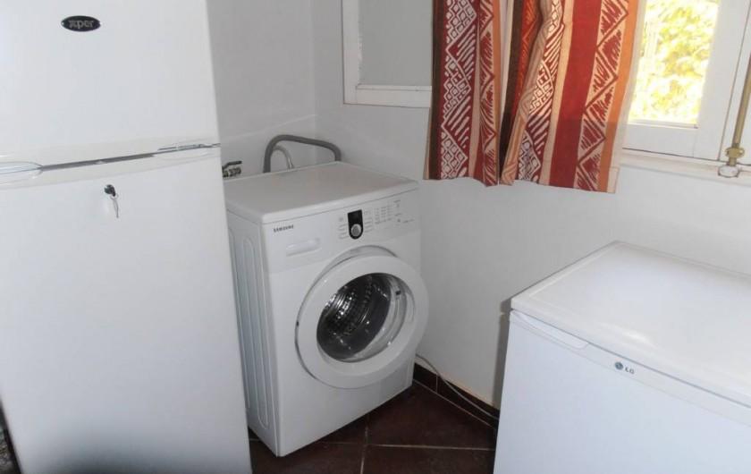 Location de vacances - Villa à Somone - l'arrière cuisine :2 frigos,machine à laver et un buffet