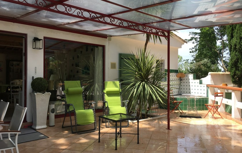 Location de vacances - Villa à Uzès - Terrasse couverte avec pare soleil