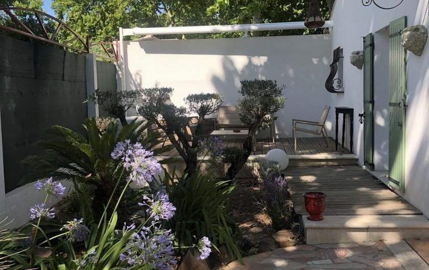 Location de vacances - Villa à Uzès - cour avec lingerie en annexe