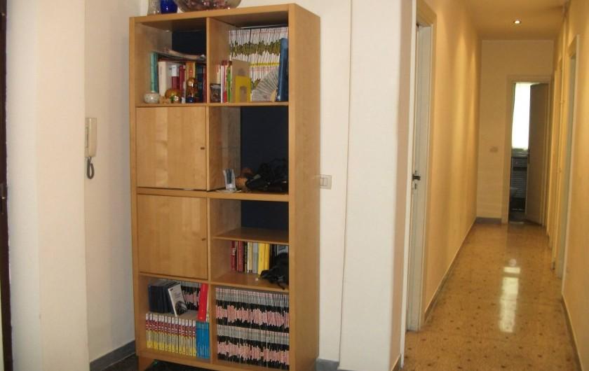 Location de vacances - Appartement à Rome - Entree et couloir. Petite salle de bain au fond