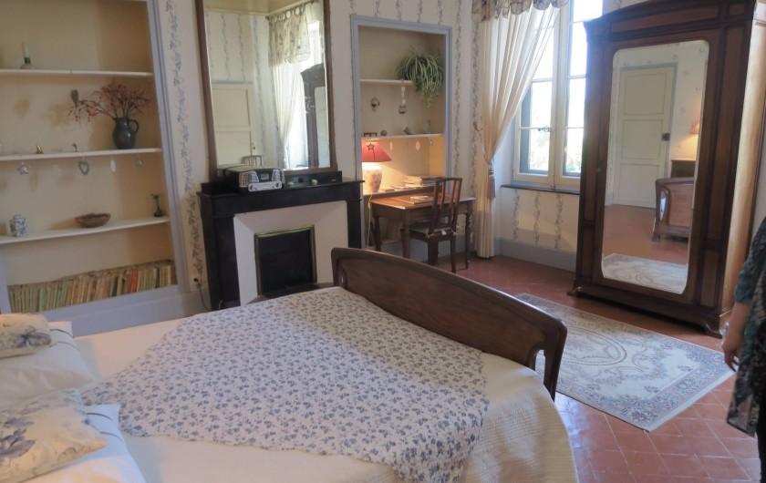"""Location de vacances - Chambre d'hôtes à Ouveillan - autre vue de la chambre """"Majorelle"""""""