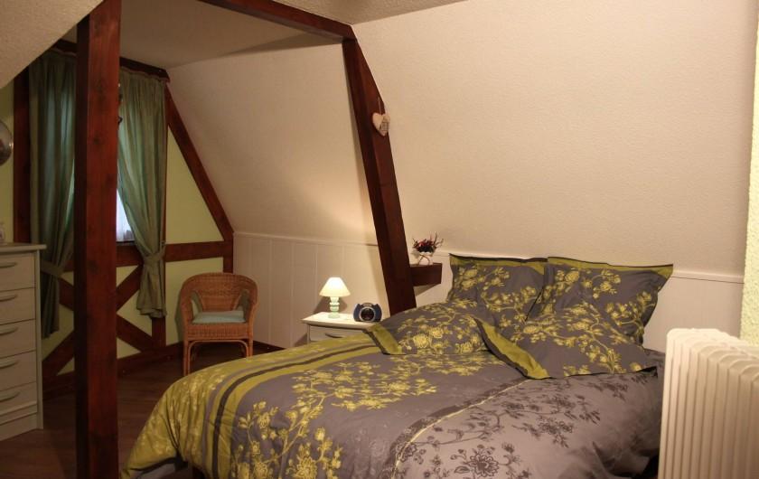 Location de vacances - Gîte à Nothalten - La chambre 1 avec le lit de 160 x 200 et le lit bébé