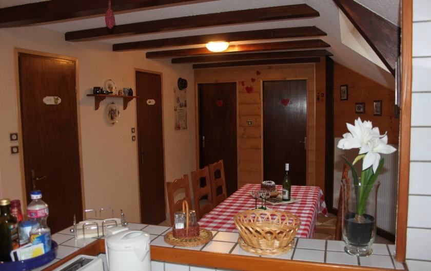 Location de vacances - Gîte à Nothalten - Vue sur le salon et la cuisine ouverte