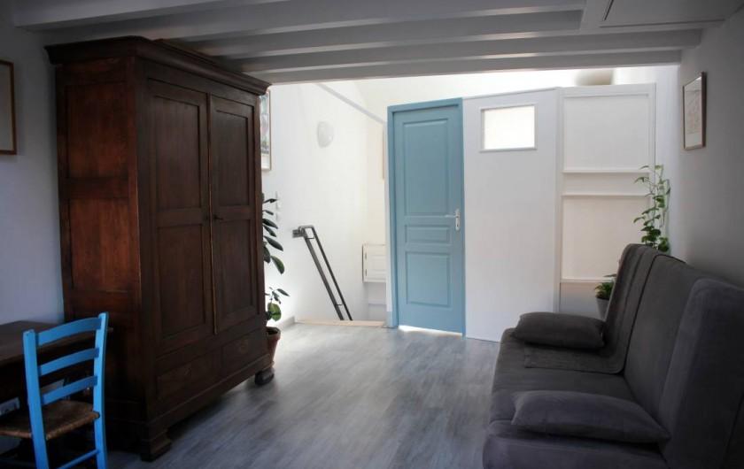 Location de vacances - Maison - Villa à Mèze - canapé et salle de bain