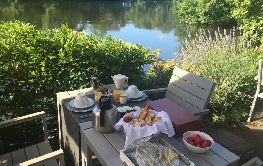 Location de vacances - Chambre d'hôtes à Olivet - Petit déjeuner au bord de l'eau...