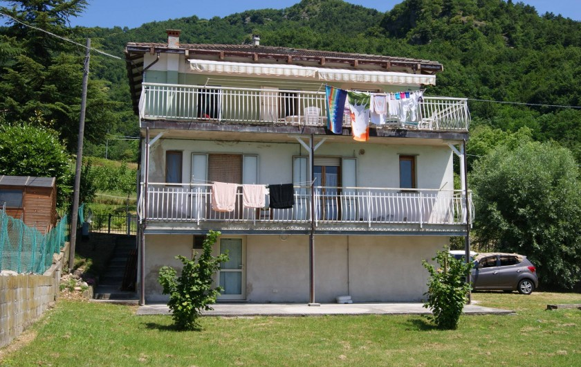 Location de vacances - Villa à Novafeltria - Arrière de la maison avec le parc de jeux au dessus le Monte Pincio