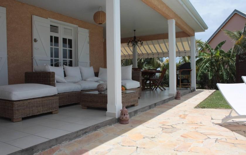 Location de vacances - Villa à Saint-François - vaste salon extérieur face piscine et mer