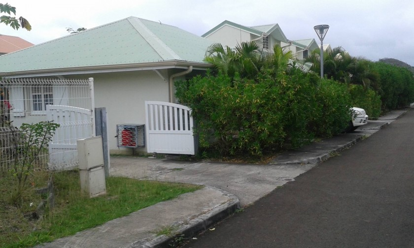 entrée de la villa avec possibilité garer 2 véhicule dans le jardin clos
