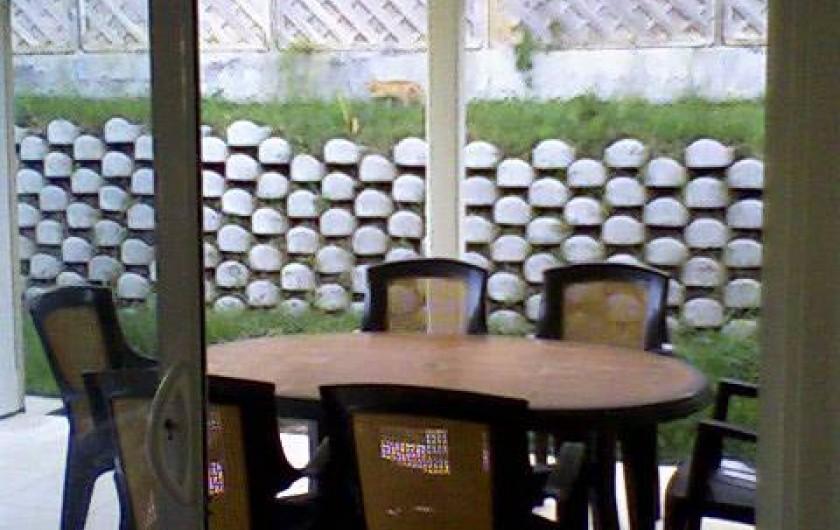 Location de vacances - Maison - Villa à Sainte-Anne - salon de jardin sur terrasse dans jardin de 300 m2