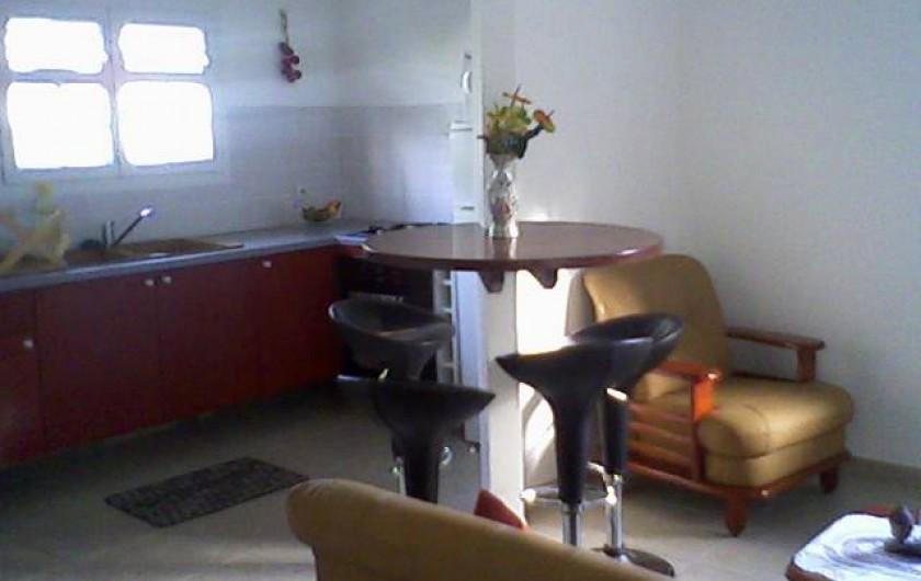 Location de vacances - Maison - Villa à Sainte-Anne - salle à manger-salon et cuisine équipée à l'américaine