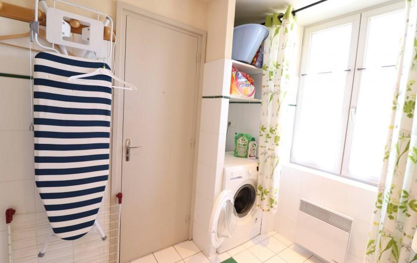 Location de vacances - Villa à Matignon - Salle-de-bain 1er étage avec lave-linge et nécessaire de repassage