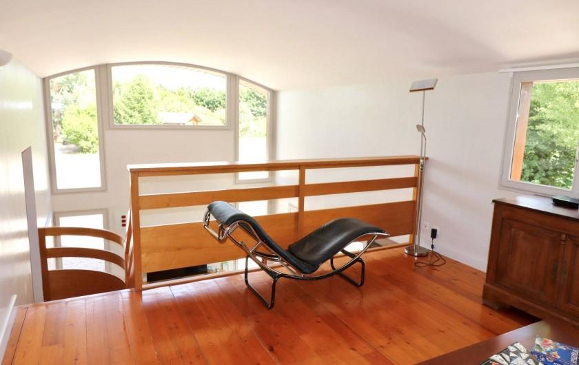 Location de vacances - Villa à Matignon - Mezzanine avec canapés, bandes dessinées et jeux de société
