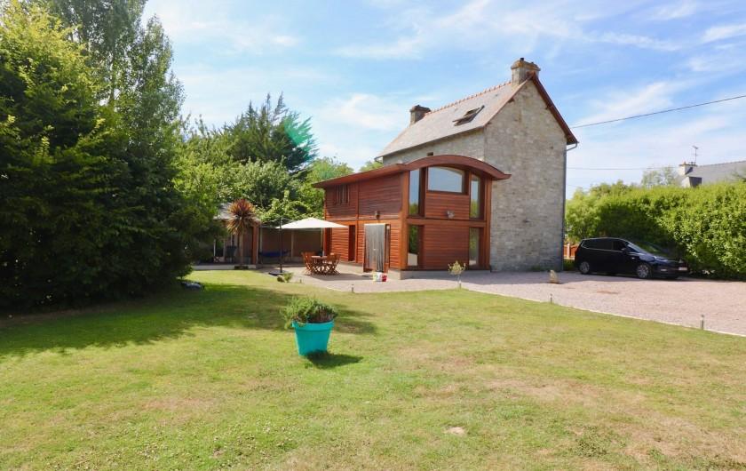 Location de vacances - Villa à Matignon - Vue depuis le jardin vers la maison, servez-vous en thym et romarin dans le pot!