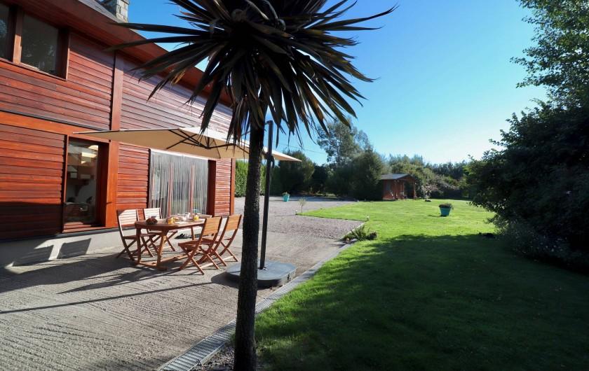 Location de vacances - Villa à Matignon - Terrasse prise depuis la cuisine d'été (barbecue/frigo/évier).