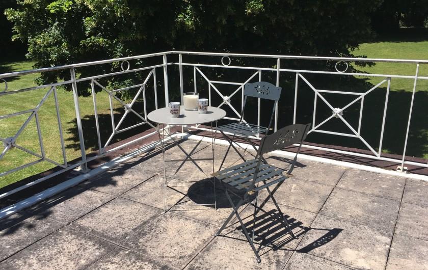 Location de vacances - Villa à Saint-Martin-des-Combes - La maison vue de la piscine