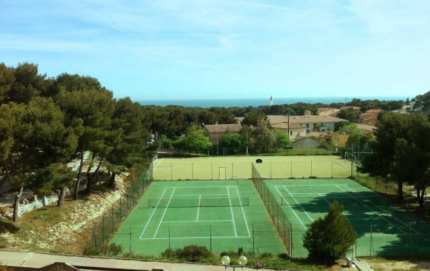 Location de vacances - Appartement à Martigues - 2 terrains de tennis accessibles depuis les appartements, vue mer des chambres
