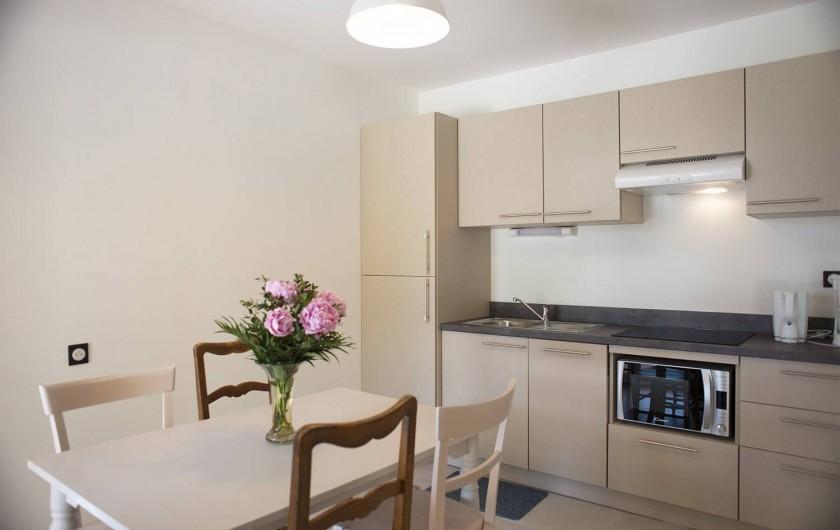 Location de vacances - Appartement à Martigues - Cuisine équipée, plaques induction, lave vaisselle, four, congel, vaisselle
