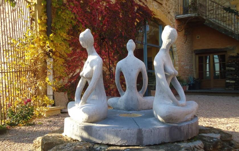 Location de vacances - Chambre d'hôtes à Saint-Laurent-d'Oingt - Le couvercle du puits, statues de Georges