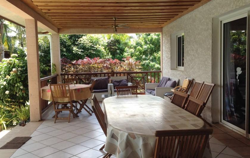 Location de vacances - Villa à Saint-Pierre - Grande terrasse dans un écrin de verdure