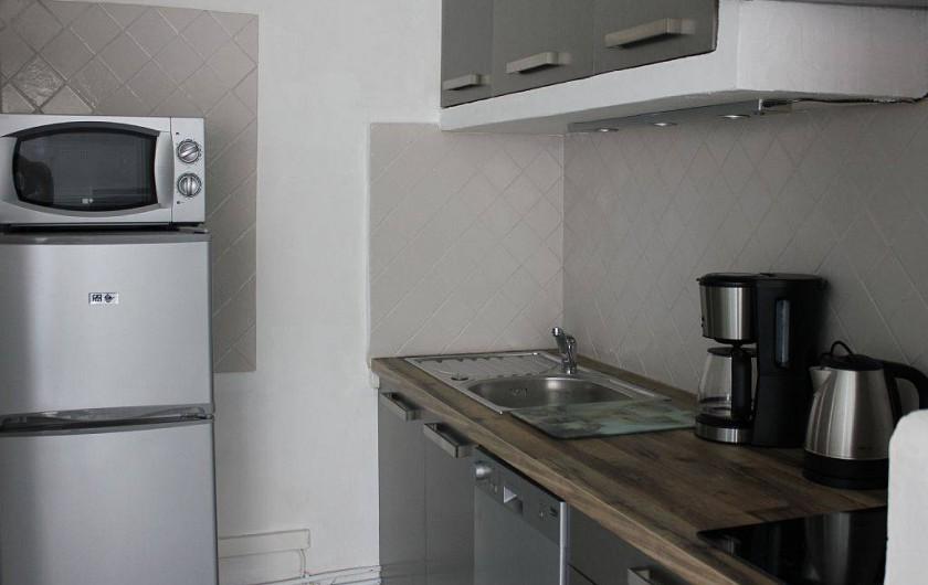 Location de vacances - Studio à L'Isle-sur-la-Sorgue - Le coin cuisine tout équipée avec les produits de base