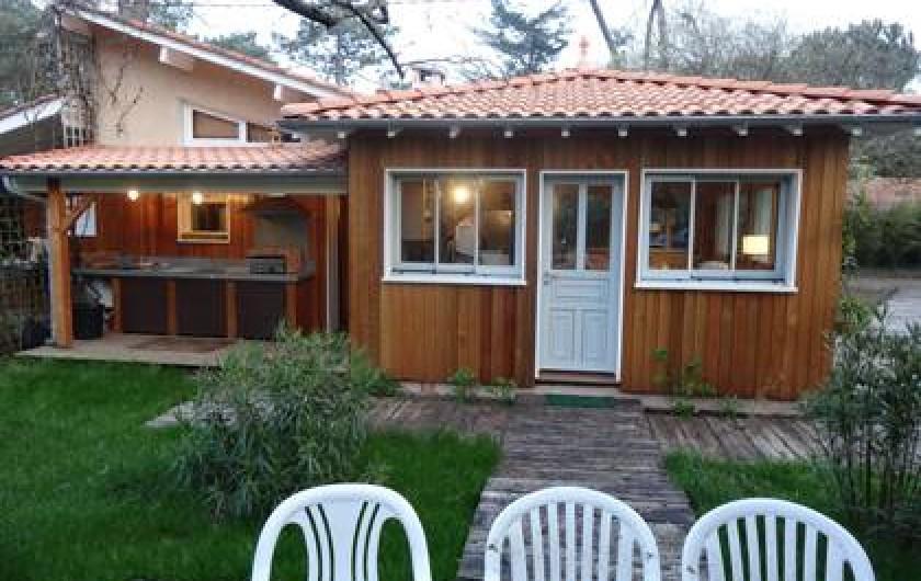 Location de vacances - Villa à Le Cap Ferret - Cuisine extèrieure avec plancha vue depuis le coté de la maison