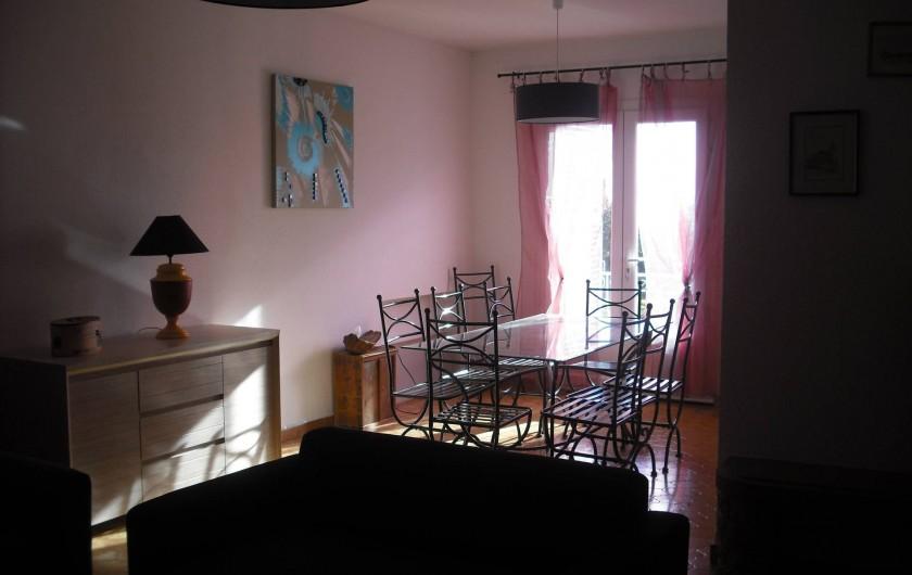 Location de vacances - Appartement à San-Giuliano - ...suivi de l'espace séjour donnant sur balcon avec vue parc et mer...