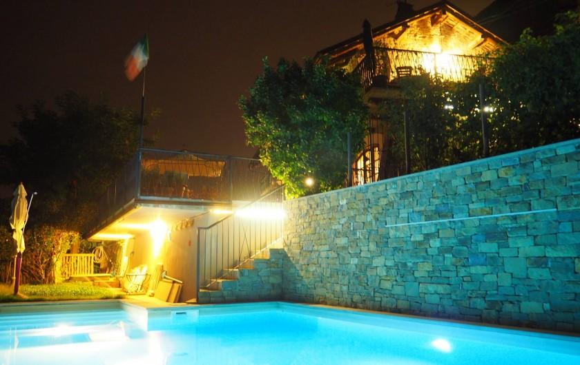 Location de vacances - Appartement à Verduno - La Pisicine dans la nuit