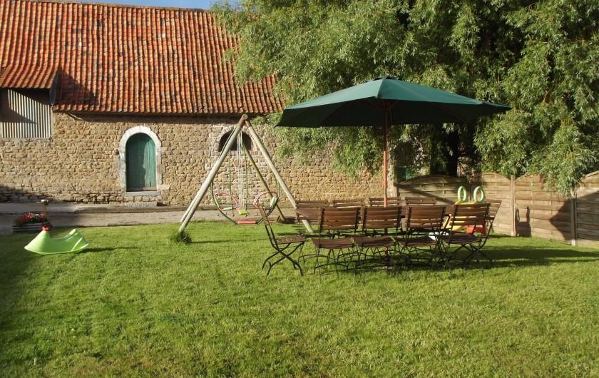 Location de vacances - Insolite à Baincthun - Le jardin, avec la table de jardin, et la balançoire