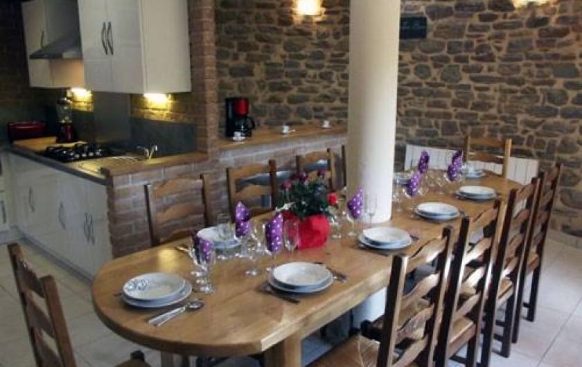 Location de vacances - Insolite à Baincthun - La cuisine et sa table à manger (10 personnes)