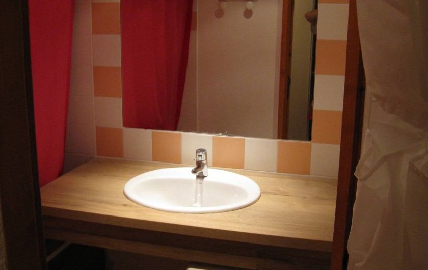 Location de vacances - Studio à La Plagne - salle de bain avec baignoire et rideau