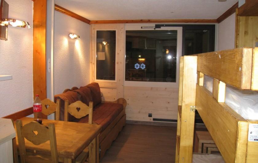 Location de vacances - Studio à La Plagne - Au fond canapé lit et dans le milieu la cloison pour séparer les 2 coins nuit
