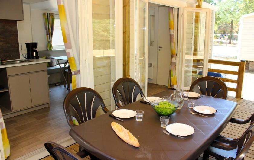 Location de vacances - Bungalow - Mobilhome à Thonon-les-Bains - Terrasse couverte et ouvert sur la cuisine