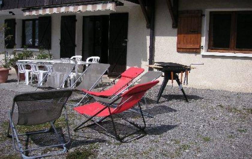 Location de vacances - Appartement à Manigod - la terrasse équipée
