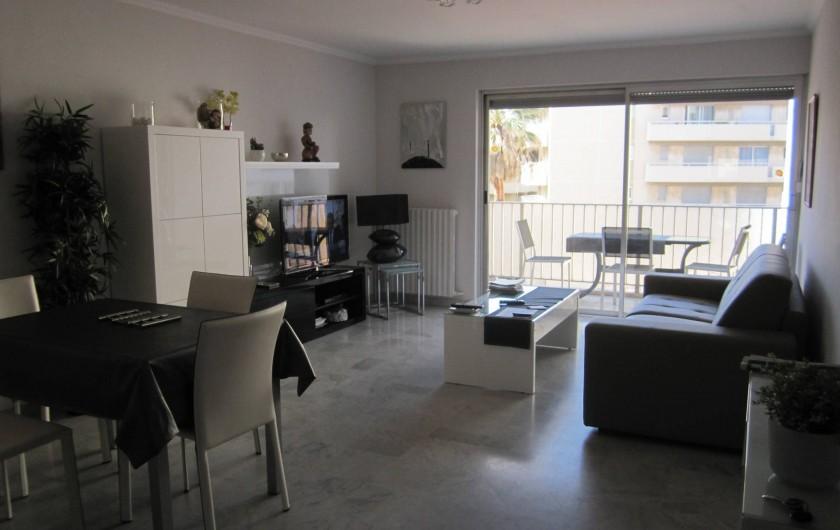 Location de vacances - Appartement à Saint-Raphaël - Séjour et accès principal au balcon