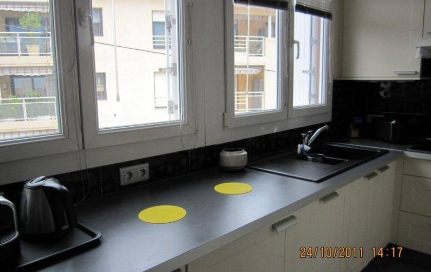 Location de vacances - Appartement à Saint-Raphaël - cuisine avec vastes plans de travail