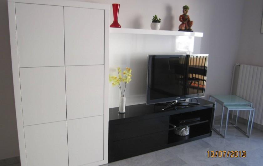 Location de vacances - Appartement à Saint-Raphaël - meuble salon avec TV lecteur DVD films disponibles